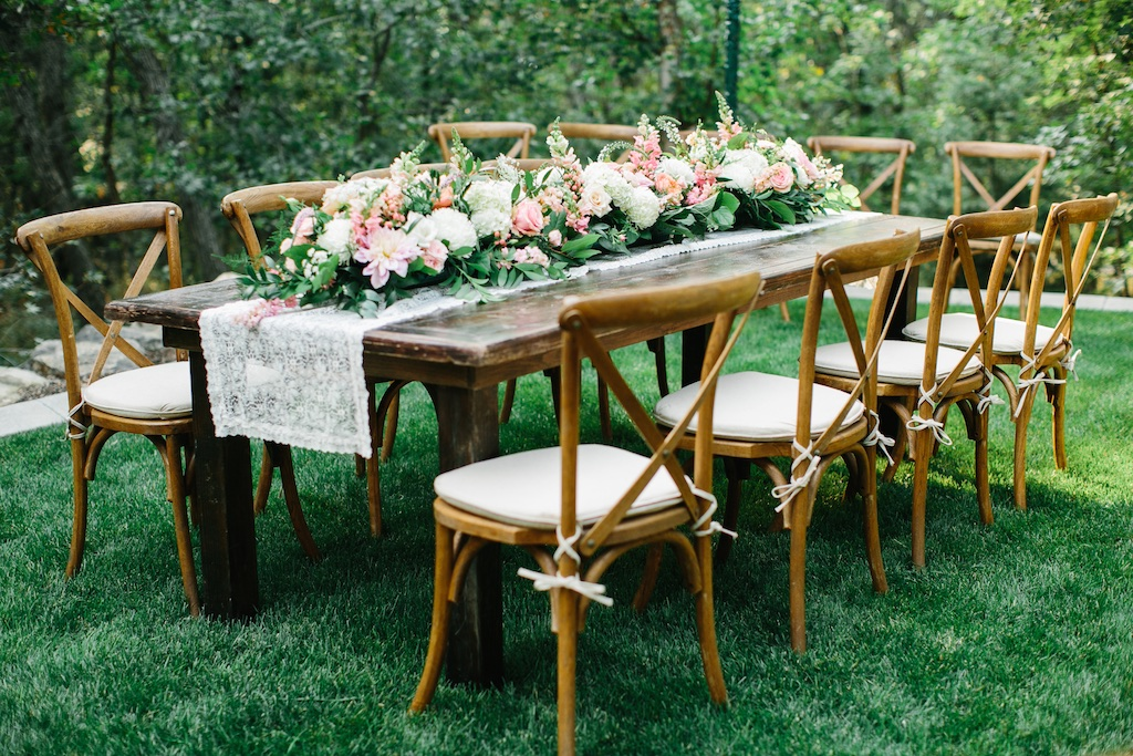 stunning utah weddings, forest wedding, backyard forest wedding utah, farmhouse table wedding, vineyard table wedding, wedding table garland, wedding garland ideas flowers utah calie rose